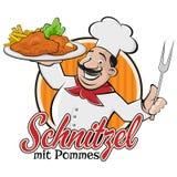 Cocinero que sirve pommes alemanes o austríacos del mit del escalope del plato Foto de archivo