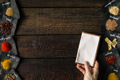 Cocinero que sostiene el cuaderno vacío Cocinar concepto Endecha plana imagen de archivo libre de regalías