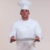 Cocinero que sostiene la bandeja en blanco Imagen de archivo