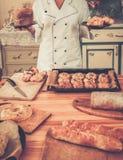 Cocinero que sostiene repostería y pastelería Imágenes de archivo libres de regalías