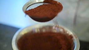 Cocinero que tamiza un polvo de cacao almacen de metraje de vídeo