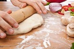 Cocinero Rolling Out Dough Imagen de archivo