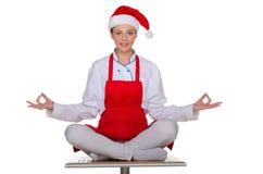Cocinero sonriente en el casquillo de Santa Claus Imagenes de archivo