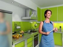 Cocinero sonriente en una cocina moderna Fotos de archivo libres de regalías
