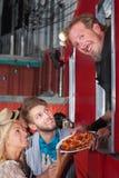 Cocinero con la pizza en el camión de la comida Fotos de archivo libres de regalías