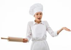 Cocinero sorprendido de la mujer que sostiene un rodillo Imágenes de archivo libres de regalías