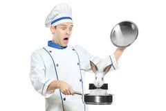 Cocinero sorprendido que sostiene un sartén con un conejo foto de archivo