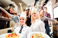 Cocinero And Waiter With sus huéspedes Imágenes de archivo libres de regalías