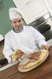 Cocinero y pizza Foto de archivo