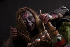 Cocineros de la bruja en la cocina de los witchs Foto de archivo