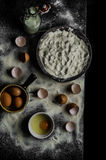 Cocineros de la tabla que preparan la pasta Imagen de archivo