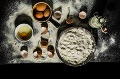 Cocineros de la tabla que preparan la pasta Foto de archivo