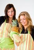 Cocineros de los jóvenes con la piña Imagen de archivo libre de regalías