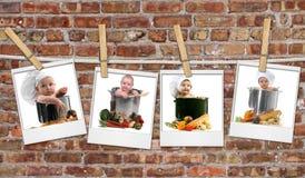 Cocineros del bebé en los crisoles que cuelgan en espacios en blanco de la película contra Foto de archivo