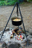 Cocineros del guisado sobre un fuego abierto fotografía de archivo