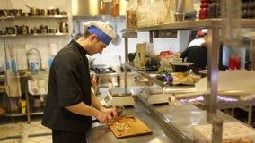 Cocineros en cocina metrajes