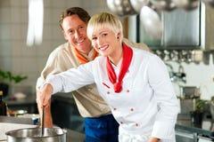 Cocineros en cocinar de la cocina del restaurante o del hotel Fotografía de archivo libre de regalías