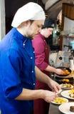 Cocineros en el alimento de la decoración Foto de archivo