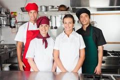 Cocineros felices en cocina Fotografía de archivo libre de regalías