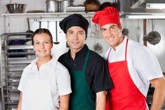 Cocineros felices en cocina Fotos de archivo libres de regalías