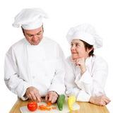 Cocineros - observación de Preperation fotos de archivo