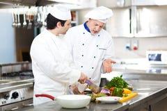 Cocineros profesionales en el trabajo Foto de archivo