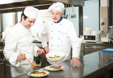 Cocineros profesionales en el trabajo Fotos de archivo
