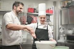 Cocineros que preparan una comida fotos de archivo libres de regalías