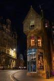 Cockburn街在爱丁堡,苏格兰,在晚上 免版税库存照片
