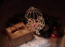 Cockerel και κιβώτιο εγγράφου με τα δώρα στο υπόβαθρο Χριστουγέννων στοκ φωτογραφίες