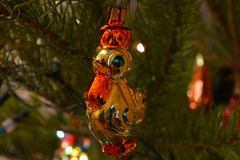 Cockerel - παιχνίδι Χριστουγέννων στο χριστουγεννιάτικο δέντρο στοκ εικόνες με δικαίωμα ελεύθερης χρήσης