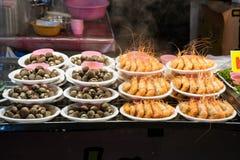 Cockle και γαρίδες που βράζουν στον ατμό στο πιάτο αφρού Στοκ Εικόνα