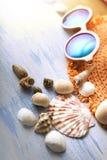 Cockleshells шляпы стекел аксессуаров пляжа на деревянной палубе Стоковое Фото