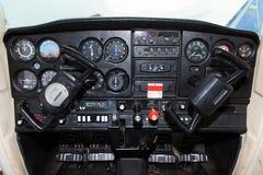 Cockpit av Cessna 152 flygplan Royaltyfri Bild