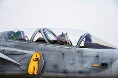 Cockpit av den milit?ra jaktflygplanet som parkeras i flygvapnet royaltyfria bilder