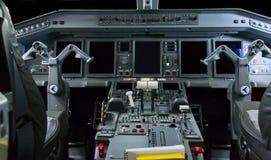 Cockpit av Embraer 175 royaltyfria bilder