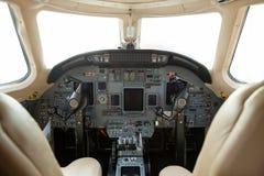 Cockpit av en affärsstråle royaltyfria foton