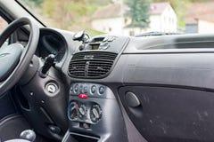Cockpit av en bil Arkivfoton