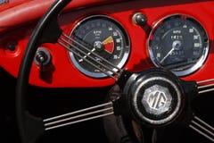 Cockpit av en gammal tävlings- bil Arkivbilder