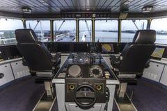 Cockpit av ett enormt behållareskepp royaltyfria foton