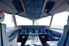 Cockpit av Sukhoi Superjet 100 på Singapore Airshow Arkivfoton