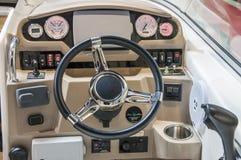 Cockpit av yachten från trä och läder royaltyfri bild