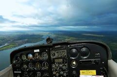 Cockpit Cessna in de lucht met Wegen Royalty-vrije Stock Afbeeldingen
