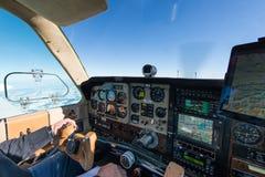Cockpit des alten Propellerflugzeuges stockfoto