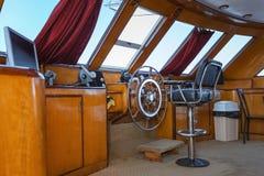 Cockpit des Bootes im Sonnenlicht stockfoto