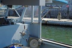 Cockpit des einfachen Fischereifahrzeuges koppelte am Pier an stockfotografie