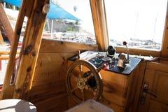 Cockpit des Fischerbootes stockfotos