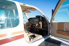 Cockpit des kleinen weißen Propellerflugzeugflugzeugs Stockfoto