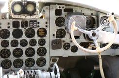 Cockpit eines alten Flugzeuges stockbild