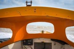 Cockpit eines kleinen Bootes in Meer Stockbild